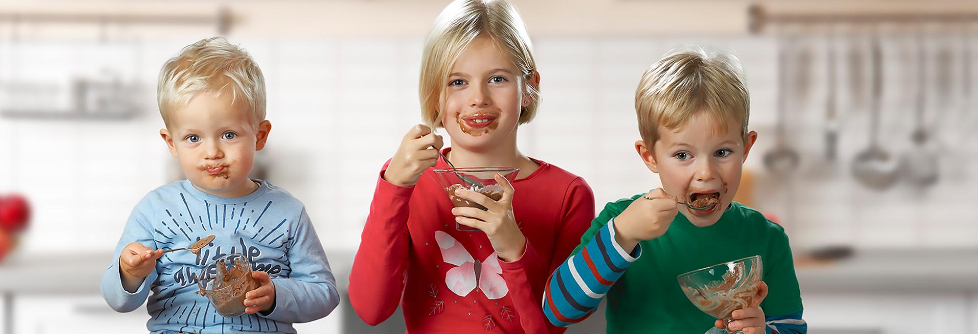 Kinder die Eis essen